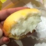 ベイク チーズ タルト 自由が丘店 - まだほんのりあったかーい!                             タルトはカリっとサクっと。クリームは指がずぼってなるくらい柔らかい。                             めちゃくちゃ美味しいーーー!!!