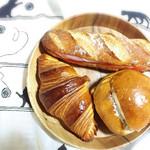 シュガシュガ - クロワッサン.くるみとミルクのぱん.フランスパンに生ハムクリチトマト(*´꒳`*)