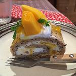 41049497 - 紅茶とマンゴーロールケーキ
