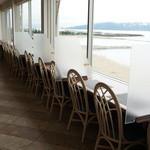 ヒポポパパ - 松江海浴場を望む、カウンター席、対面の島は、淡路島です