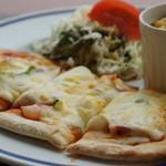 ヒポポパパ - ナンのようなパンに、ベーコンとシュリンプ、チーズもたっぷりです、右の器はスクランブルエッグ
