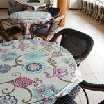 ヒポポパパ - カジュアル且つ、ゴージャスな店内は、ゆったりしたテーブル配置になっています