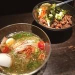 冷麺処 伸 - 半玉冷麺 半ぼっかけ丼セット 1000円