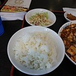 41055286 - 麻婆豆腐定食のご飯(後ろはサラダ)
