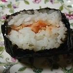 おはち - 鮭はサンドイッチのように平たくたっぷり入ってます。どこから食べても鮭。