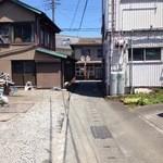 カレー屋 小松 - 突き当りが店前の通りです。
