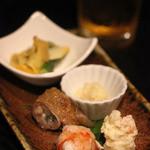 41061462 - お通し(鱧の湯引き梅肉ソース、ポテサラ、豚まき、鱧の卵、貝のヌタ和え)