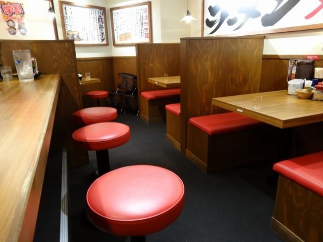 壱角家 渋谷並木橋店 - 「壱角家 渋谷並木橋店」テーブル席とカウンター席の椅子