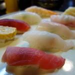 魚志 - 握り並(¥1100)赤身一貫はサービス