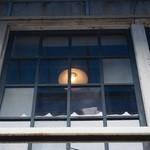 かもがわカフェ - 外から眺める2階のお店の窓