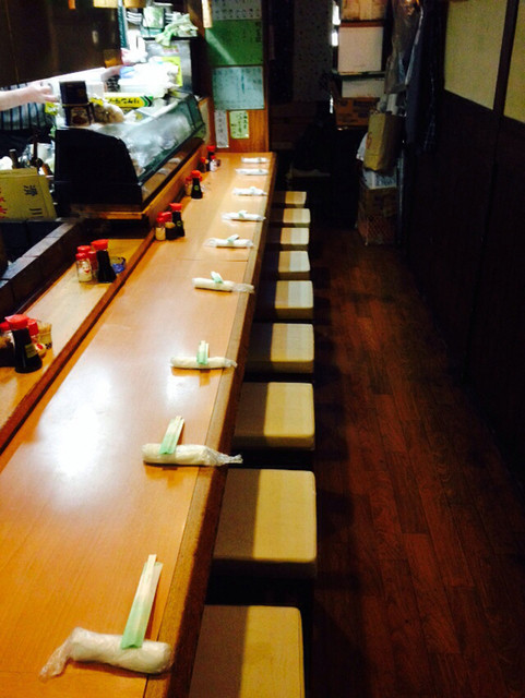 炉ばた焼き 酒肆 大関 - 店内は、カウンター席のみ