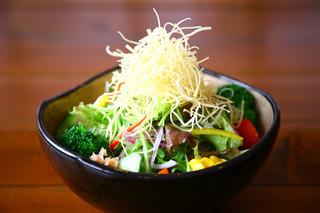 かんべえ - かんべえサラダ(温玉入り)は特製ジャポネソースでお召し上がりください。