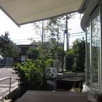 41071093 - 駐車場のすぐ裏を江ノ電が通ります