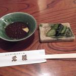 とんかつ元禄 - 専用のタレと漬物