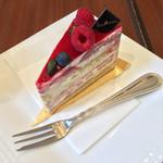 41072237 - 木苺とピスタチオのケーキ