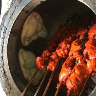 タンドール釜で焼き上げたチキンやエビは香ばしくて絶品です♪