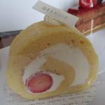41081142 - 苺ロール 372円 小生が一番好きなロールケーキ