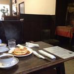 41085484 - レトロな喫茶店でレトロなホットケーキ