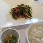 中国料理 皇家龍鳳 - ザーサイ、白飯。