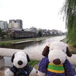 41092208 - ボキらはお盆休みに京都に遊びにやってきました~♪                       風情のある眺めでしょう。ここは五条大橋。                       後ろに流れてるのは鴨川で川床も見えます。