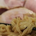 拳ラーメン - 麺は四角い太麺、強い腰がある
