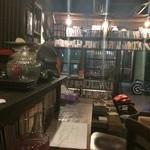 コクテイル - 店内・古本と古びたカウンター・棚などいい佇まいです