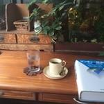 41095735 - <2015年8月初訪>時代物の文机に植物と金魚鉢