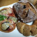 41096850 - ピザのパンはデニッシュ生地で相変わらず美味しい。初めて購入したイチジクとクルミとレーズンのハードパンと、チョリソーのパン。