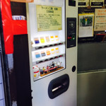 ラーメン二郎 - ピントがボケてしまいましたが、券売機です。