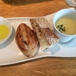 41110999 - 最初に来たパン…イチジク、パン・ド・ロデヴ、豆乳のスープ、オリーブオイル