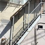 ムーン ファクトリー コーヒー - 外階段をあがります