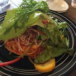東京ベジスタイル - トマトソースのパスタの上にもこれでもかってくらいのお野菜♡サラダ頼まなくっても良かった?みたいな…(≧∇≦)