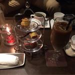 Kitanokurabu - 苦い深煎りコーヒーに少しのさっぱりミルク、大人味のカフェオレ。お茶請けが可愛い♪