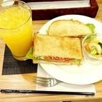 41116149 - (2015・8)オレンジジュース¥300&トーストサンド¥450