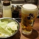 がブリチキン。松江駅前店 - 生ビール中ジョッキとキャベツ