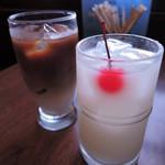 喫茶キャメル - ボキらが注文したのは、アイスカフェオレとカルピス。 カルピスにサクランボが入ってるのって昭和っぽくっていいよね~