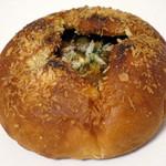 パンのお店 チャビ - ナビンさんの焼きカレーパン(税別\200、2015年6月)