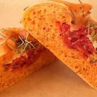 ドラゴーネ - 【トマトの実】 ハーブ入りの生地にドライトマトとチーズが包まれています。さわやかな酸味が食欲をそそります!