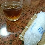 南幸 - お茶とおしぼり。最近、ちゃんとしたおしぼりを出されるところが少ない。。
