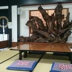南幸 - 3卓の内、中央のテーブルにてお店の中を撮影。(仕切り壁には、立派な木の根の衝立がある。)