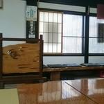 南幸 - 3卓の内、中央のテーブルにてお店の中を撮影。(土間が待ち席になっている。)