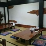 南幸 - 入り口を入ったら16畳の和室。6人掛けのテーブルが3卓あり、ここでお食事をいただく。