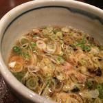 麺屋元就 - つけ汁は甘酸っぱい醤油豚骨。ネギと刻みチャーシューが入ってます〜(*^◯^*)