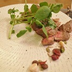 Noel Bistronomic Nagano - 神戸クイジーンビーフのもも肉ロースト、善光寺門前三原屋醤油ベースのトリュフソース、松代産クレソン。