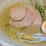 麺屋 廣島弐番 - 塩らーめんのアップ〜(*^◯^*)♪ クリアな鳥の上湯スープに細麺。トッピングは、半たまご、白髪ネギ、鳥チャーシュー!シンプルで美しい❤️