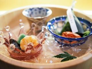 日本橋OIKAWA - 氷水を張った盥に器を入れた前菜