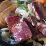 三田屋本店 やすらぎの郷 - 表面だけ焼いたレア肉を鉄板で焼いていきます