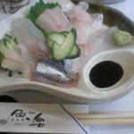 魚楽 - 料理写真:地魚の刺し盛