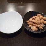 イタリアン居酒屋  FUKUOKA - 殻付きアーモンド