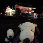 祇園 京めん - 「五条坂陶器まつり」を楽しんだボキらは、       歩いて八坂神社の方までやってきました。       もうすっかり夜になっちゃったねぇ。せっかくなので       ライトアップされた八坂神社の前で記念撮影~!